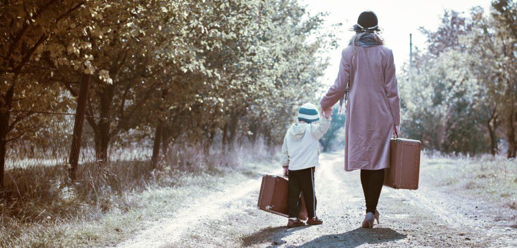 Moeder en dochter met koffers in de hand