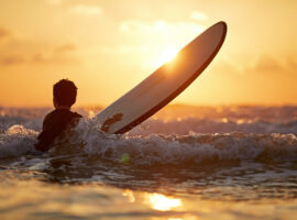 co-ouderschap, kind op een surfplank in zee